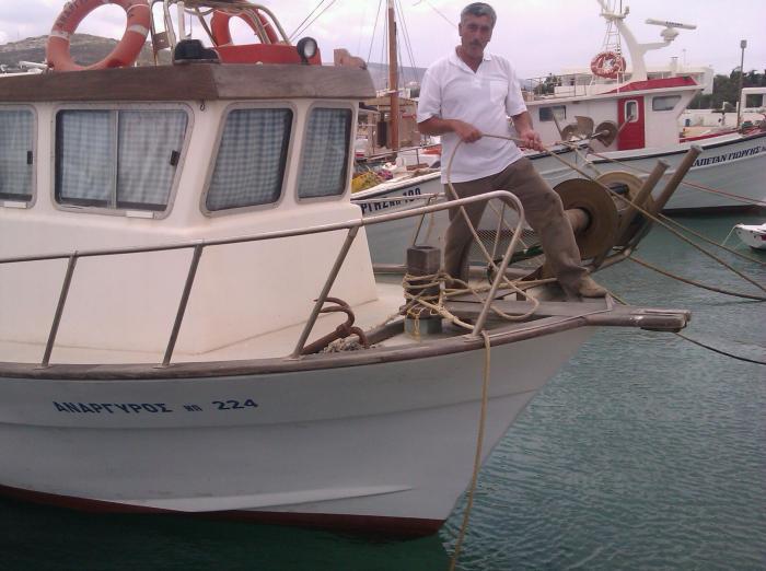 """Ο Γιάννης Πέτροπουλος εκπρόσωπος του Συλλόγου αλιέων του Δήμου Πάρου είπε στο ΧΩΝΙ : """"Τα συνεχόμενα φορολογικά βάρη και τέτοιες περιττές δαπάνες καθιστούν το δύσκολο επάγγελμα μας πλεον ασύμφορο. Μας αναγκάζουν να φτάσουμε στο σημείο να αποσύρουμε τις βάρκες μας και μας οδηγούν στην Ανεργία."""""""